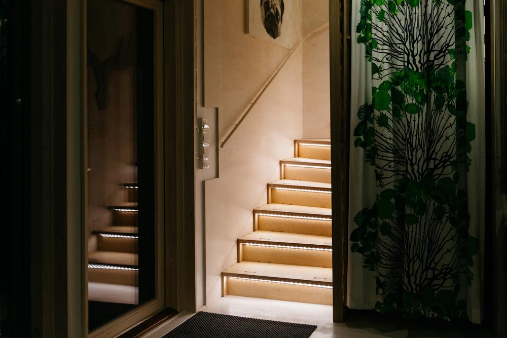 Led-nauhaa portaiden etusärmän alla.